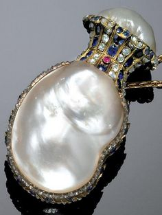 GOLD, BLISTER PEARL, SAPPHIRE AND DIAMOND SCENT BOTTLE, EARLY 19TH CENTURY. Decorated on one side with a blister pearl surrounded by sapphires and pink diamonds, a small ruby accent to the opening and the reverse inscribed 'Puppy to Baby, 1802.