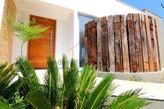 Muro de dormentes de madeira. #decoracao #madeiradedemolicao #dormentes