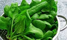 Spinach Leafy greens like spinach, romaine lettuce, and arugula are high in folate, a mood-enhancing nutrient that's been linked to lowering depression. Foods For Healthy Skin, Healthy Eating, Healthy Food, Foods That Increase Energy, Alkaline Diet, Spinach Recipes, Healthy Vegetables, Freundlich, Diet And Nutrition