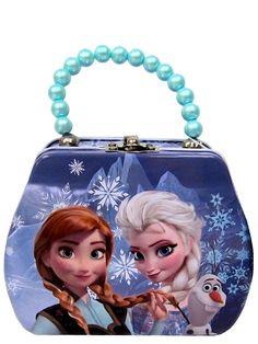 Ihanaan metalliseen Frozen-laukkuun voi säilöä korut ja pienet aarteet. Päällä näppärä salpa ja kaunis helmikahva. Kuvassa Frozen-elokuvasta tutut Anna, Elsa ja Olaf-lumiukko. Laukun korkeus noin 10 cm. Sisältää pieniä osia. Ei sovellu alle 3-vuotiaille.