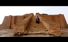 Un hombre desciende por las escaleras del ziggurat de las ruinas de Ur, cerca de Nassiriya, Irak (Alaa Al-Marjani, 2015)