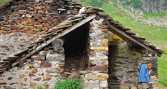 RICOVERO ALPINO ALPE CAMPO - Il punto d'appoggio della Valle Artogna a 1889 m. L'interno è diviso in due locali: la prima con focolare e cucina con pentole per preparare del cibo caldo e la seconda a dormitorio con letti a castello.