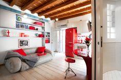 La casa di 25 mq è stata riprogettata in chiave moderna, ricavando spazi comodi e funzionali pur nello stesso ambiente. Con un nuovo bagno dalla parete curva.