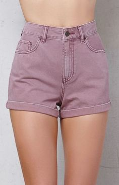 The Shortcake Cuffed Denim Mom Shorts have a worn purple wash, rolled hems, a naturally cinched waist, and a looser fit throughout the leg. FIT + SIZING rise inseam Natural cinching at the waist Fits loosely throughout the leg FABRICATION + C Shorts Outfits Women, Teen Fashion Outfits, Short Outfits, Summer Outfits, Casual Outfits, Cool Outfits, Cute Pants, Cute Shorts, Denim Shorts