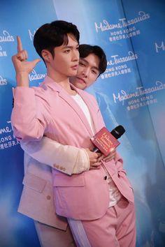 Lay snuggling his wax figure 😛 Lay Exo, Kpop, Exo Korean, Madame Tussauds, Exo Ot12, My Little Baby, Yixing, Chanyeol, Boy Bands