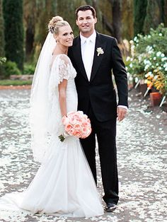 I love EVERYTHING about Molly Sims wedding look. The dress, the veil, the hair, the makeup, and mostly, the bouquet of peachy peonies (my fave).