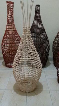 Paper Basket Weaving, Basket Weaving Patterns, Newspaper Basket, Newspaper Crafts, Bamboo Basket, Rattan Basket, Diy Home Crafts, Diy Arts And Crafts, Recycled Paper Crafts