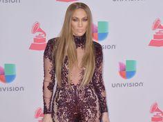 """Jennifer Lopez - """"Tout le monde me dit de les scolariser normalement, qu'ils ont besoin d'avoir des amis. Le genre de choses qui me rend dingue et qui rendrait dingue n'importe qui! Ils sont super heureux comme ça, ils sont très équilibrés, aimants. Ce sont des enfants attentionnés et c'est ce qu'il y a de plus important. Bien sûr qu'on va faire en sorte qu'ils soient éduqués, je pense que l'école à la maison est ce qu'il y a de mieux pour eux"""""""