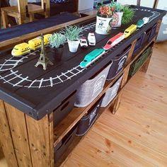 こちらはリビングのソファー裏にあるキッズスペース。このプレイテーブル兼収納はなんとDIY作品なんです!トップが黒板なので、汎用性は抜群♪時には線路や道路に、時にはお絵かきスペースに、とお子さまの遊びに合わせて変えることができます。