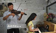 """Ông bố thà bị đi tù còn hơn đưa con đến trường   TheoChengdu Business News ông Li Tiejun 74 tuổi ở thành phố Lô Châu đã 11 năm tự dạy con gái mọi thứ từ hội họa âm nhạc văn học đến thiên văn học y học. Kỹ sư xây dựng về hưu này đã cho con gái nghỉ học ở trường khi mới 9 tuổi vì theo ông """"trẻ con chẳng học được gì từ trường lớp cả"""".  Ông Li tự dạy con gái nhiều môn học trong suốt 11 năm qua. Ảnh:Chengdu Business News.  Năm 2005 không thể khuyên nhủ chồng vợ Li Tiejun (từng sống chung nhưng…"""