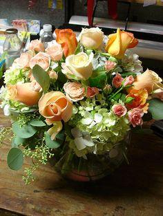 arranging flowers in a bubble vase Rosen Arrangements, Sunflower Arrangements, Beautiful Flower Arrangements, Floral Arrangements, Types Of Flowers, Love Flowers, Silk Flowers, Beautiful Flowers, Beautiful Bouquets