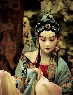 なんという耽美… 中国伝統の京劇とファッションフォトのセクシーなコラボ
