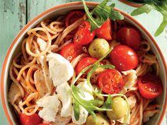 Maak die hoender en spaghetti in die mikrogolf gaar en meng vars tamaties en tamatiepesto daarby in.