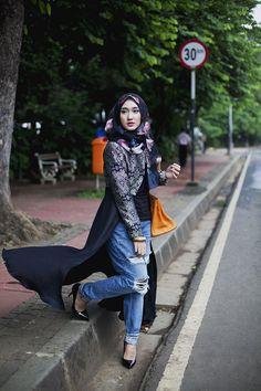 stylish & beautiful street hijab fashion for girls Muslim Women Fashion, Islamic Fashion, Modest Fashion, Trendy Fashion, Girl Fashion, Hijab Outfit, Hijabs, Style Kaki, Collection Eid