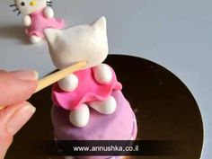 אנושקה - הלו קיטי מבצק סוכר/Hello Kitty fondant tutorial - YouTube HV: fondant massza ételfestékek Vásárolj meg mindent egy helyen a GlazurShopban! http://shop.glazur.hu