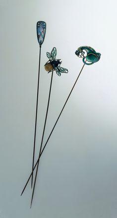 FÜNF HUTNADELN  Herstellungsort unbekannt, um 1900-10 Messing, Email, Strasssteine, Kunstperle, Kunstglas #fashion #art #kunst #mode #fabrics #stoffe #schmuck #jewelry #museum #basel #schweiz #switzerland #history #geschichte