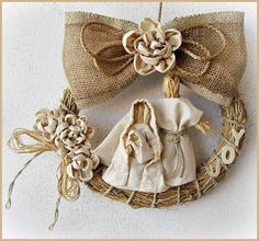 Le Ghirlande Burlap Christmas Decorations, Christmas Signs Wood, Christmas Ornaments To Make, Christmas Nativity, Christmas Angels, Rustic Christmas, Christmas Art, Christmas Projects, Christmas Wreaths