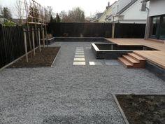 Moderne tuin met vijver en verhoogd vlonder terras.