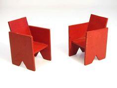 2 rode houten poppenhuis stoeltjes; De Stijl, Gerrit Rietveld, Vantongerloo, Malevich, Kazimir Mackintosh,Breuer,Bauhaus 1920s