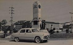 Assim era a praça da Bandeira, no Centro de Joinville, no passado, em foto feita em 1951, ano do centenário da cidade. Ainda hoje, há a presença do Monumento ao Imigrante. A imagem, do acervo de Beta Rost e enviada por Fatima Hofmann, mostra também um Ford 1951.