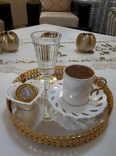 kahve sunum Coffee Latte Art, Coffee Set, Coffee Cafe, Coffee Drinks, Coffee Presentation, Chocolates, Good Morning Coffee, Chocolate Sweets, Brown Coffee