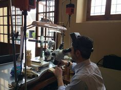 """Oroarezzo Experience ospita la ditta artigiana """"Officina del Gioiello"""" per una dimostrazione della tecnica orafa dell'incastonatura. Dietro il microscopio c'è il Maestro Orafo Steve Angeli. Alla Mostra dell'Artigianato di Firenze va in scena l'Arte Orafa di Arezzo."""