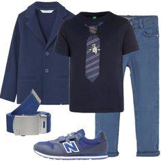 Un outfit composto da un pantalone in denim, una maglia a maniche corte, una giacca blu ed un paio di sneakers è perfetto per bambino che è stato invitato ad una cerimonia.