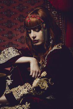 Dress : Vintage / Earrings, Necklace and Headpiece : Véronique Jeantet. Blog : MissPandora.