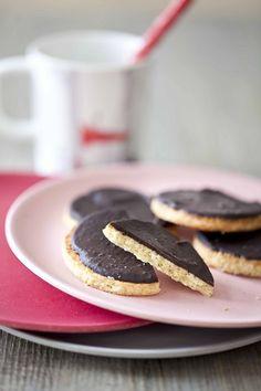 Une recette de biscuits qui ne choisissent pas leur camp puisqu'ils sont vanille ET chocolat ! A conseiller aux fans de chocolat noir, avec une pointe de fleur de sel pour donner du croquant et une pointe de piquant. Biscuits, Tea Time, Pancakes, Breakfast, Food, Kitchens, Drinks, Crack Crackers, Morning Coffee