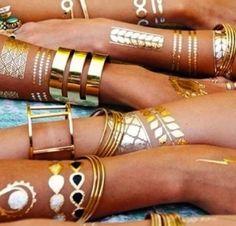 Tatuajes temporales metálicos dorados con pulseras doradas