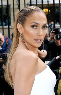 Jennifer Lopez is the ultimate glow icon! Here are the best highlighter palettes for achieving the JLo Glow! Jlo Makeup, Makeup Tips, Jennifer Lopez Makeup, Jlo Glow, Best Highlighter, The Beauty Department, Sleek Ponytail, Style Casual, Girl Hairstyles
