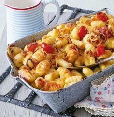 Gratinierte Gnocchi mit Käsesahne Rezept: Gnocchi,Zwiebeln,Kirschtomaten,Appenzellerkäse,Schlagsahne,Salz,Pfeffer,Cayennepfeffer,Form