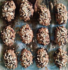 Mmm, chokorug... Jeg fik sådan lyst til dem fordelen dag. Chokorug er som bekendt små rugbrødsboller med chokoladestykker i, som særligt Lagkagehuset har haft stor succes med at markedsføre. Jeg er dog mere til at bage dem selv, men den havde I nok regnet ud ;) Min udgave af chok....