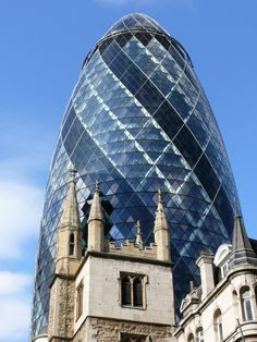30 St Mary Axe, the Swiss Re Building (colloquially referred to as the Gherkin), is a skyscraper in London's main financial district. Unusual Buildings, Beautiful Buildings, Interesting Buildings, London Architecture, Amazing Architecture, Norman Foster, Gherkin London, 30 St Mary Axe, London Places