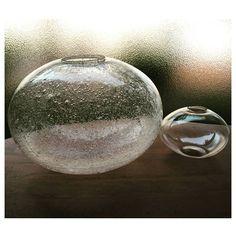 「金魚玉と謎のアワアワ」  右の金魚玉は先日UPしたモノより小さいです 問題は左のアワアワ✨ 形は金魚玉はだけど これじゃ金魚も見えない 電笠だとしたら…影が水玉になって絶対に気持ち悪い  #金魚玉#和ガラス#昭和レトロ#大正時代#電笠#アワアワ#謎