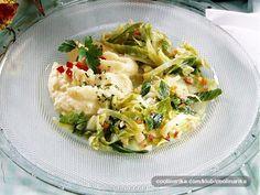 Kupus je zbog dostupnosti, ekonomičnosti i hranjivosti često na jelovnicima. To je povrće najzdravije svježe ili kiselo na salatu. Ovo jelo može biti bezmesni obrok, ali je izvrstan i kao prilog odrescima.