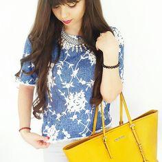 Un look chic, original et coloré : http://www.taaora.fr/blog/post/look-haut-denim-bleu-blanc-fleurs-jean-blanc-sac-cabas-tote-bag-jaune-michael-kors-jet-set-travel-collier-plastron #MichaelKors