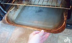 The BEST Way To Clean An Oven (It's SO Easy!) - Expert Home Tips Natural Oven Cleaning, Oven Cleaning Hacks, Cleaning Agent, Household Cleaning Tips, House Cleaning Tips, Homemade Oven Cleaner, Diy Cleaners, Home Hacks, Clean House