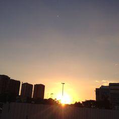 Pôr do sol meio sufocado na Barra da Tijuca