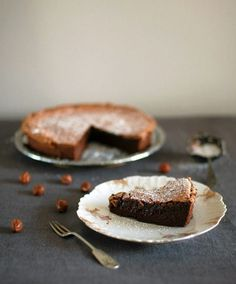 Tähän kakkuun tarvitaan purkillinen hasselpähkinä-suklaalevitettä ja viisi kananmunaa. Eikä mitään muuta.