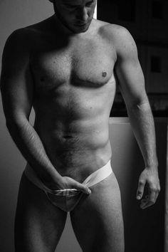 Modelo mostra intimidade de um homem trans em ensaio fotográfico