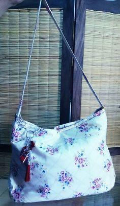 Bolso grande tela de tapicería anti-manchas, con llavero de piedras, manija larga.-