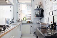 Cómo hacer que una cocina llena de trastos no sea caótica y encima con buen gusto.