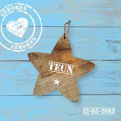 Blauw geschilderd steigerhout kaartje met houten ster en stoere stempels. JilleJille.nl | Birth announcement card