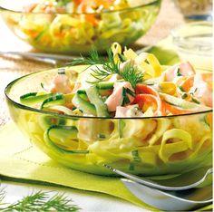 """750g vous propose la recette """"Salade de pâtes au saumon"""" notée 4.4/5 par 175 votants."""