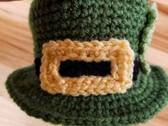 Crochet this Leprechaun hat that is shaped like a bowl! This is an easy and free St. Triple Crochet Stitch, Double Crochet, Single Crochet, Free Crochet, Knit Crochet, Crochet Hats, Leprechaun Hats, Sewing Circles, Holiday Candy