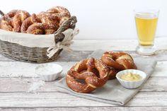 La ricetta dei pretzel spiegata passo passo, per fare a casa questo pane tradizionale dalla crosta dorata che si sposa perfettamente con i weisswurst e la birra!