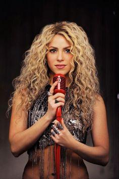 Shakira cacheada e loira