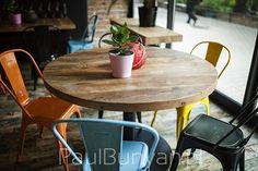 Okrągły stół ze starego drewna do restauracji lub kawiarni Stoły do restauracji…