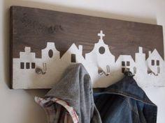 Stoere, steigerhouten kapstok met rijtje huizen